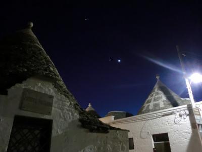 トゥルッリの上の月と星