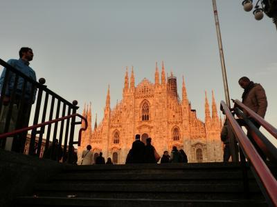 地下鉄出口から見たミラノ大聖堂