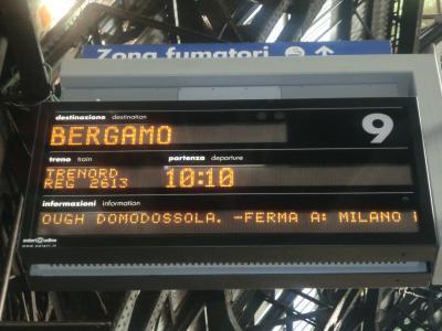 ベルガモ行き電車の電光掲示板