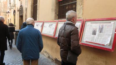 新聞記事を読むまじめなローマ人