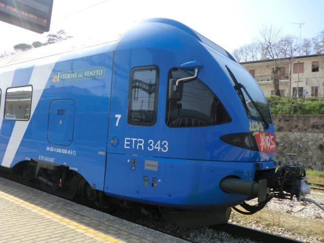 モンセリーチェ駅の電車