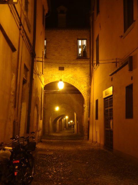フェラーラ 夜のヴォルテ通り